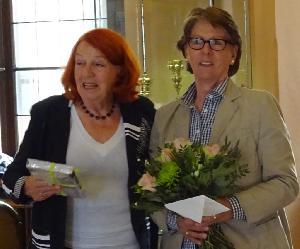 Verabschiedet: Renate Schulze Versmar dankt  Anne Pinnekamp, 2. Vorsitzende seit 2008, für ihr langjähriges Engagement für den Kunstkreis Warendorf.